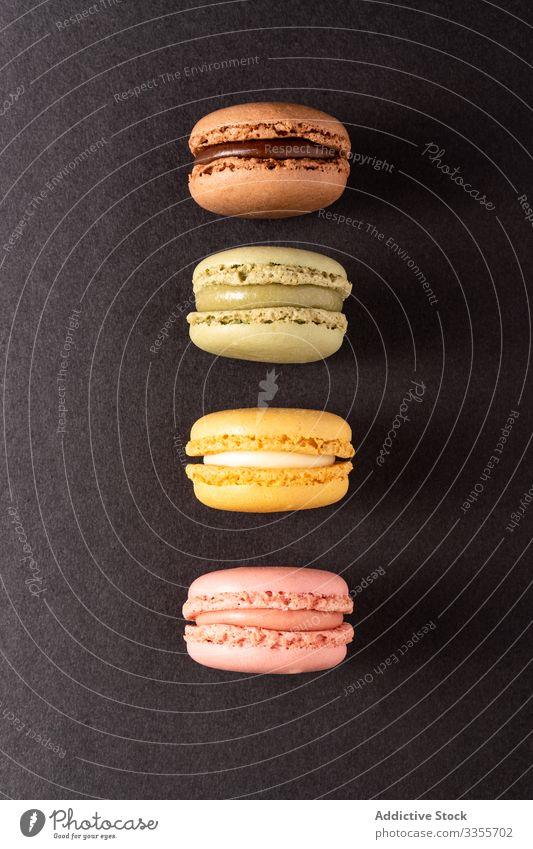 Frische knusprige Makronen Stapel Dessert farbenfroh Snack Lebensmittel Biskuit süß Feinschmecker sortiert Gebäck Konfekt traditionell lecker geschmackvoll