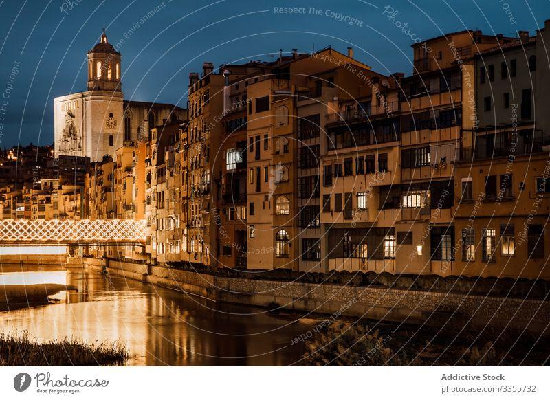 Fluss reflektiert das Licht der Stadt, das abends an den Gebäuden entlang fließt Kirche Architektur Reflexion & Spiegelung Abend Illumination reisen Tourismus