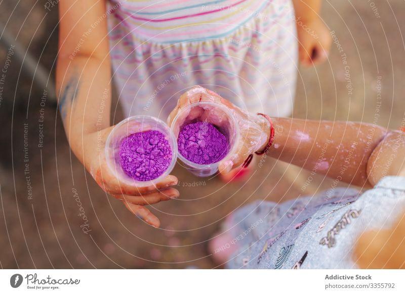 Kleine Mädchen zeigen Tassen mit Farbe im Park Stadtfest Sommer Zusammensein Freund Feier wenig Kind Saison Pigment Farbstoff Pulver manifestieren Feiertag