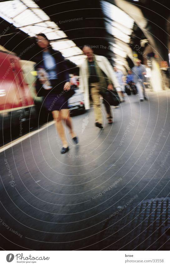im bahnhof 2 Ferien & Urlaub & Reisen Bewegung Menschengruppe Bahnhof