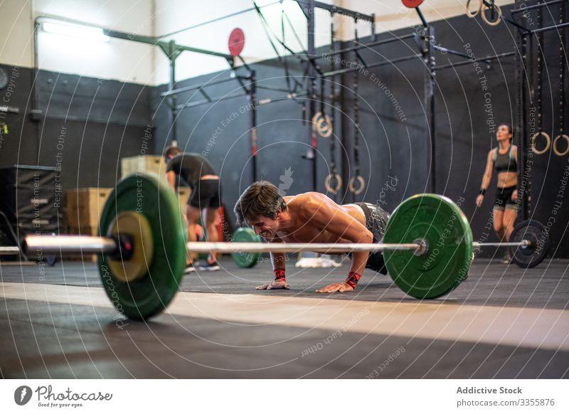 Fester Mann beim Liegestützen Fitnessstudio muskulös passen Athlet Sport Übung Körper Training männlich Kraft Gesundheit Muskel stark Erwachsener Stärke