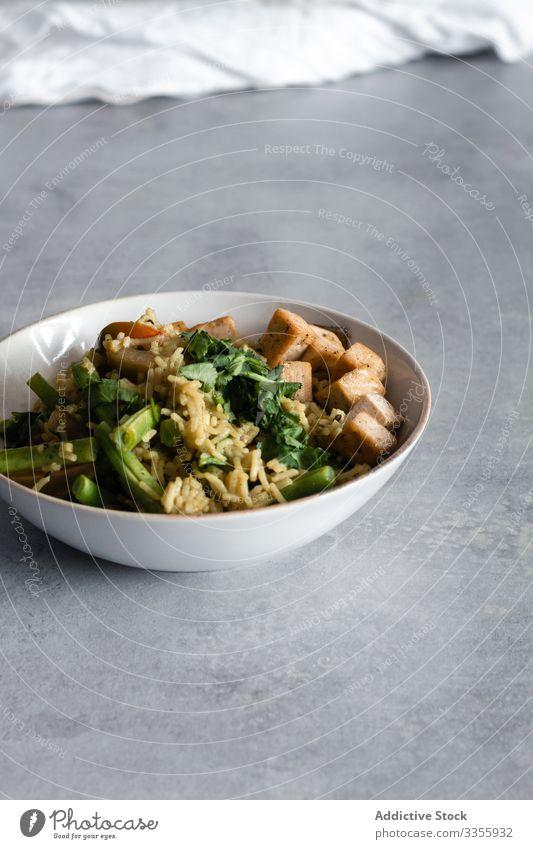 Köstliche Portionen Abendessen auf dem Tisch lecker geschmackvoll gekocht Speise Reis grüne Bohne dienen Teller Gewürz Lebensmittel Mahlzeit Küche Mittagessen