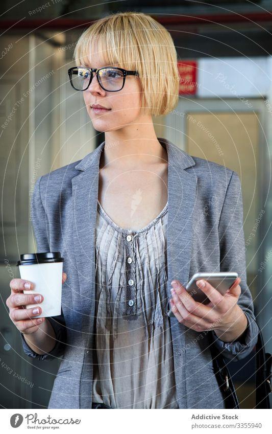 Geschäftsfrau mit Kaffee und Smartphone stylisch jung Tasse Papier Imbissbude Frau professionell Person schön attraktiv Unternehmer elegant Arbeit Model hübsch