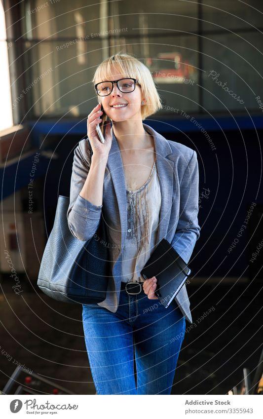 Blonde Geschäftsfrau spricht auf Smartphone stylisch jung Frau Telefon Mobile Anschluss sprechend Mitteilung Gespräch professionell Person schön attraktiv