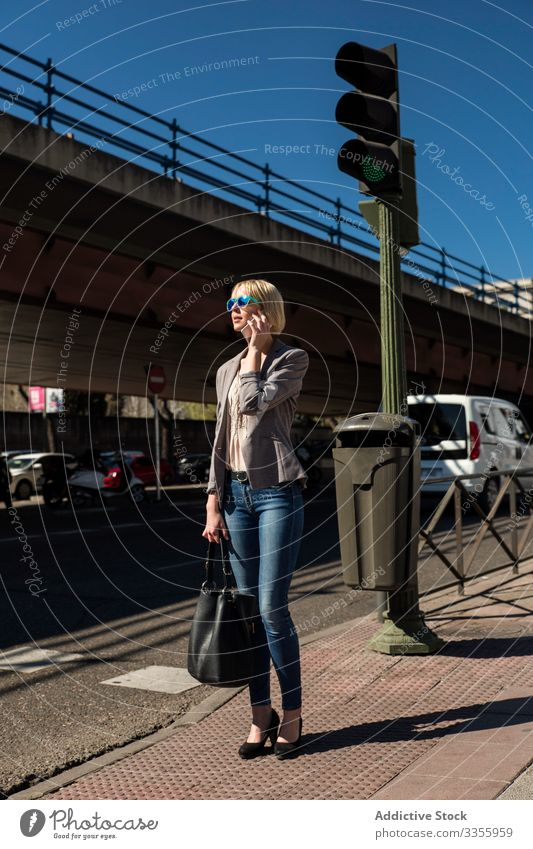 Geschäftsfrau telefoniert an der Ampel stylisch jung Smartphone Gespräch sprechend grün Frau professionell Person schön attraktiv Unternehmer elegant Arbeit