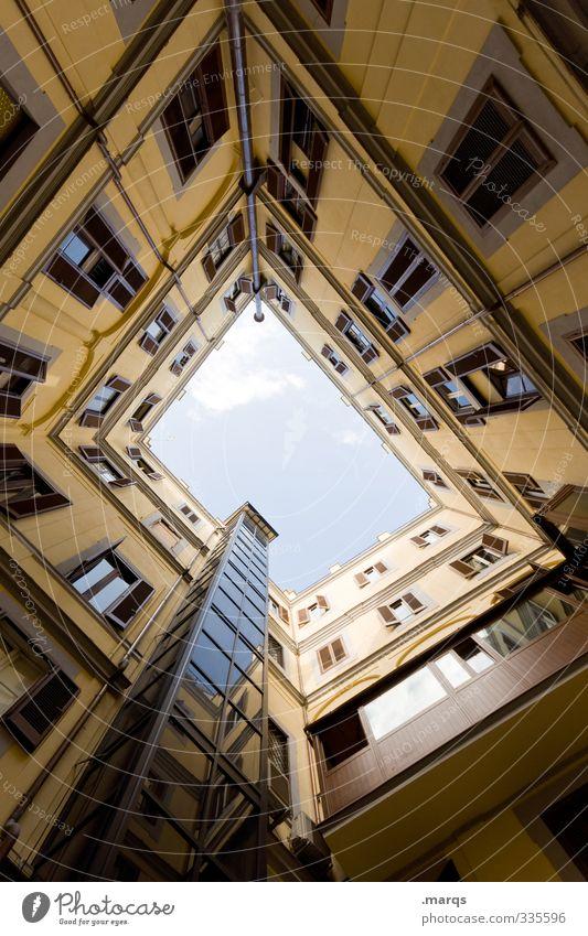 Schacht Stil Design Häusliches Leben Himmel Haus Gebäude Architektur Fassade Fenster Innenhof außergewöhnlich hoch oben Perspektive Symmetrie himmelwärts