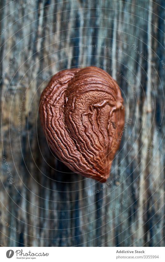 Halbgeschälte Haselnuss auf dem Tisch braun Ernte reif Hälfte hölzern Filbert haselnussbraun Sammeln Nut Haufen Bestandteil natürlich organisch essbar