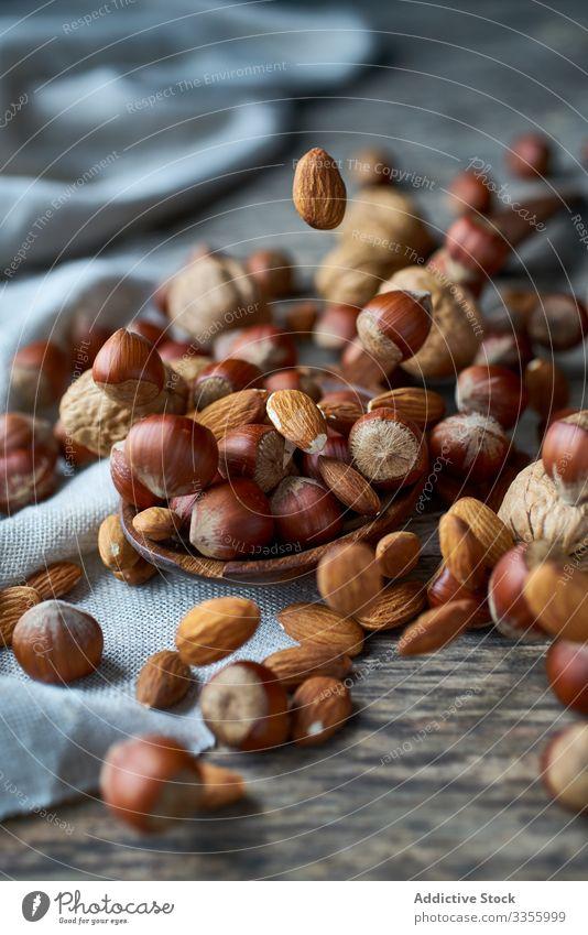 Braune reife Haselnuss auf dem Löffel bei Tisch braun Gesundheit essbar hölzern Filbert haselnussbraun Sammeln Nut Haufen Bestandteil natürlich Ernte organisch