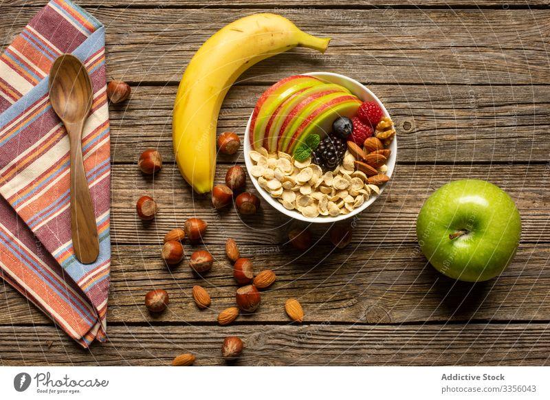 Apfel und Banane mit Nüssen auf Holztisch Nut Supernahrung Gesundheit frisch Handtuch Frühstück Müsli Diät Ernährung organisch Mahlzeit Löffel Tisch Frucht