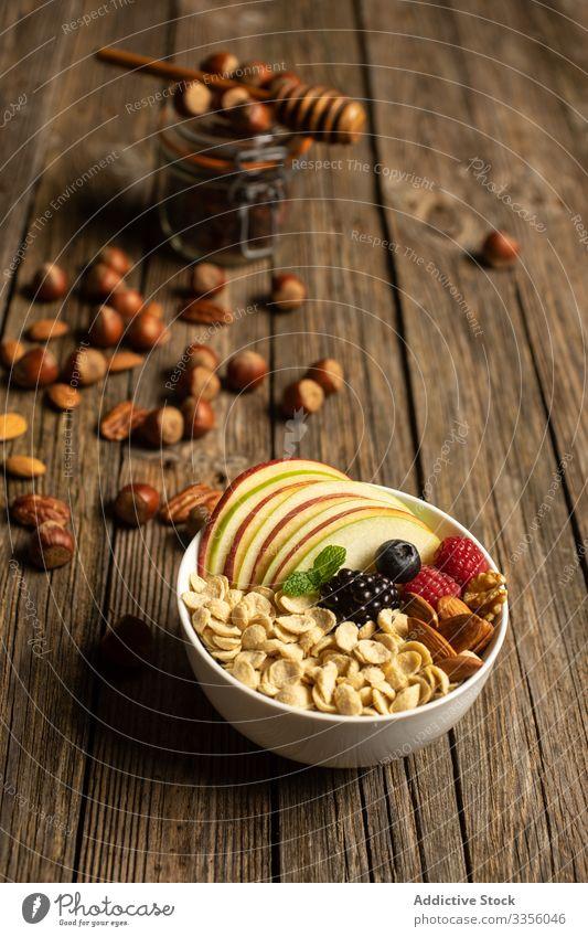 Schale mit Nüssen, Früchten und Beeren Supernahrung Nut Gesundheit frisch Dessert Apfel Frühstück Müsli Diät Ernährung organisch Mahlzeit Blaubeeren