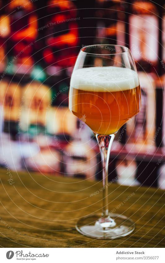 Bier im Weinglas in der Bar trinken Getränk Alkohol Glas Erfrischung Abfertigungsschalter Party Pub Flasche Dienst schäumen feiern gebraut Business ruhen