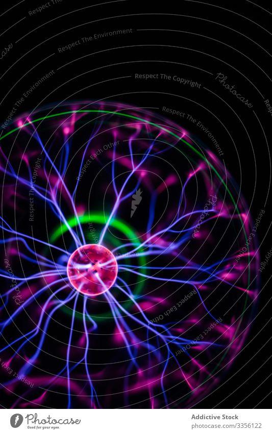 Helle Lichtströme in leuchtender Kugel im Dunkeln neonfarbig elektrisch Lampe strömen Ball beleuchtet Elektrizität glühen Energie Knolle hell glänzend Kraft
