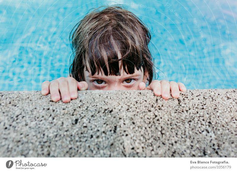 Porträt eines schönen Mädchens in einem Schwimmbad. Lächelnd. Spaß und sommerlicher Lebensstil Aktion Beautyfotografie Außenaufnahme Jugendliche Schwimmsport