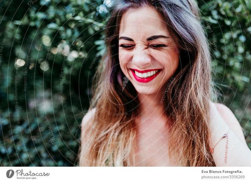 Porträt einer schönen blonden jungen Frau, die bei Sonnenuntergang lächelt. Rote Lippen und ein wunderschönes Lächeln. Konzept des Glücks Kaukasier Behaarung