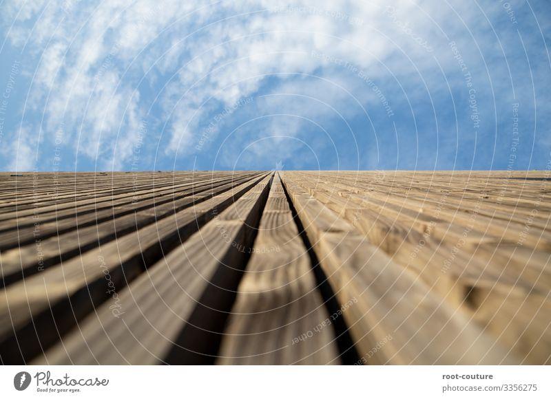 Holzwand gen Himmel Wohnung Hausbau Handwerk Baustelle Architektur Wolken Schönes Wetter Hütte Tor Bauwerk Mauer Wand Fassade blau braun Wolkenhimmel oben hoch