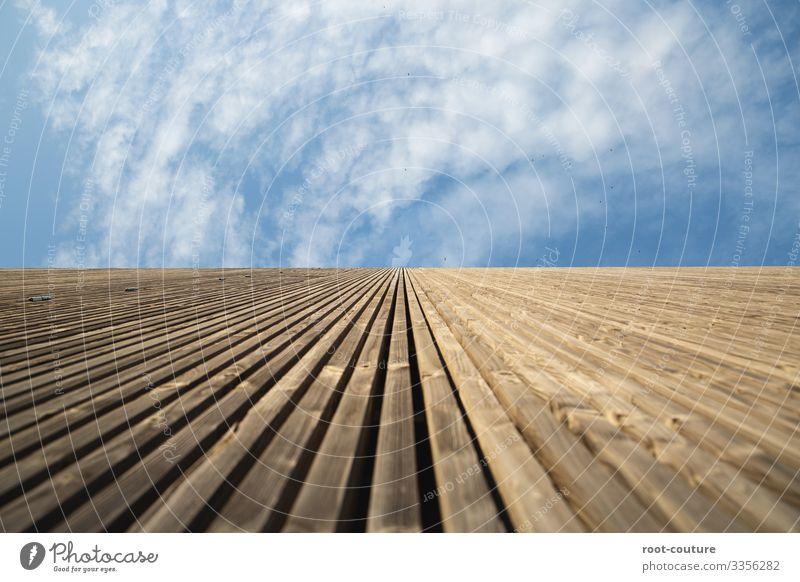 Holzwand gen Himmel Wohnung Hausbau Handwerk Baustelle Architektur Wolken Schönes Wetter Hütte Tor Bauwerk Gebäude Mauer Wand Fassade blau braun Wolkenhimmel