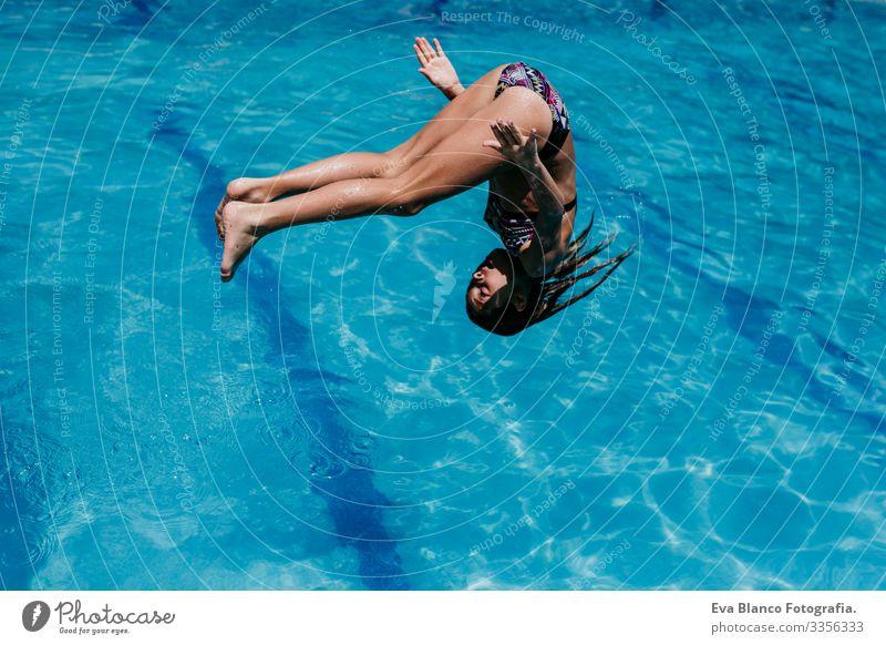 lustiges Mädchen, das in den Pool springt, Sommerzeit Lifestyle Schwimmbad Ferien & Urlaub & Reisen Sonne Gesundheit niedlich Lächeln Kind blau Kaukasier