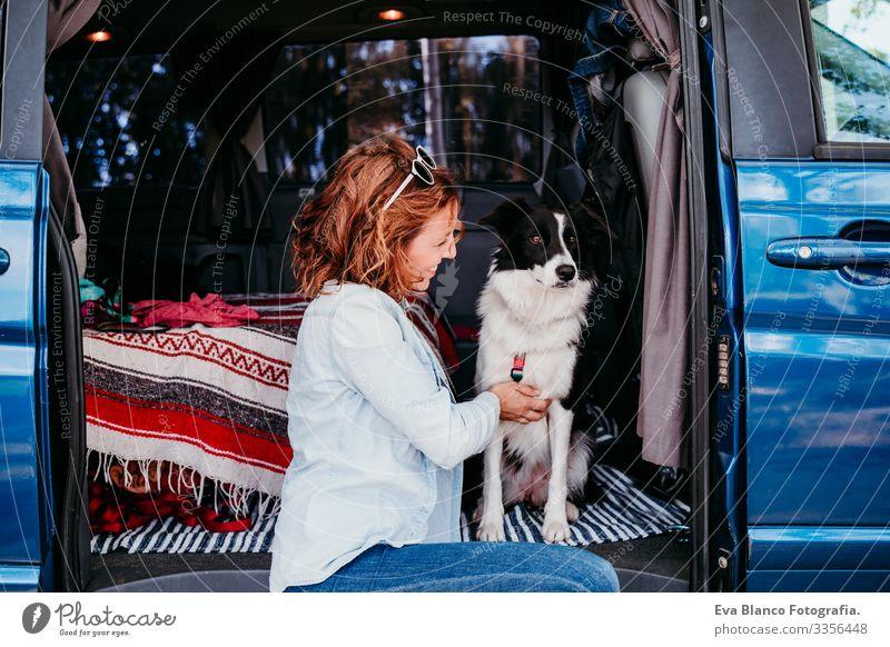Frau und Border-Collie-Hund in einem Lieferwagen. Reisekonzept Border Collie Kleintransporter Van Leben Ferien & Urlaub & Reisen reisend Besitzer Jugendliche