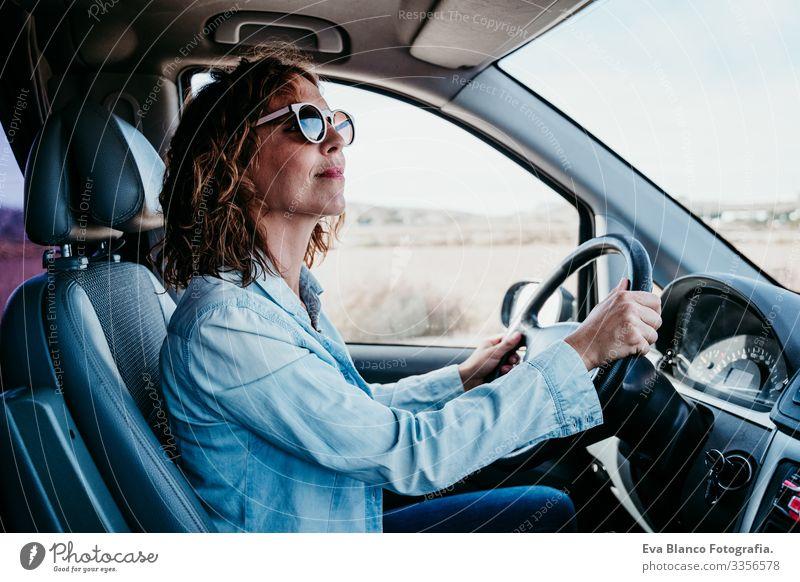 junge schöne frau am Steuer eines Lieferwagens. reisekonzept Frau Jugendliche fahren PKW Sonnenstrahlen Sonnenbrille Ferien & Urlaub & Reisen reisend Rad