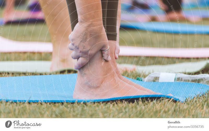 weibliche Beine auf Yogamatte in Nahaufnahme Flasche Haut Sommer Sport Frau Erwachsene Hand Finger Menschengruppe Natur Gras Park Straße Eisenbahn frisch grün