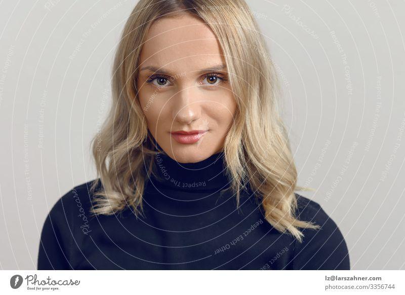 Studioporträt einer schönen jungen Frau Gesicht Dekoration & Verzierung Erwachsene 1 Mensch 18-30 Jahre Jugendliche blond Lächeln Antragsteller Einstellung