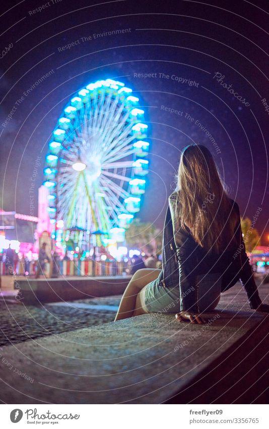 Junge Frau betrachtet nachts ein Riesenrad Vigo Galicia Spanien Abend Licht Nacht Vergnügen uns Strand modern Landschaft Spaß hoch Ausflugsziel Szene Erholung