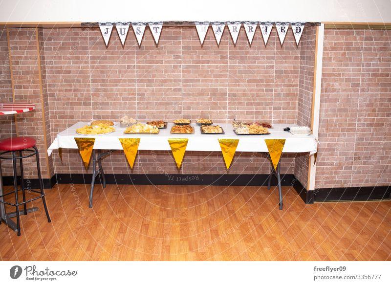 Tisch voller Essen bei einer Hochzeitsfeier Mittagessen weiß Party Abfertigungsschalter Büffet Feiertag Amuse-Gueule Dekoration & Verzierung Lebensmittel Linie