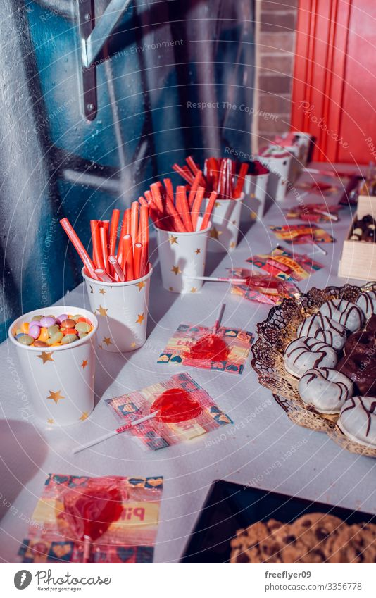 Süßigkeitentisch auf einer Geburtstagsfeier festlich Menschengruppe trinken Dessert Gebäck Objekt Party Tisch Sortiment serviert Spielfigur Feiertag Serviette