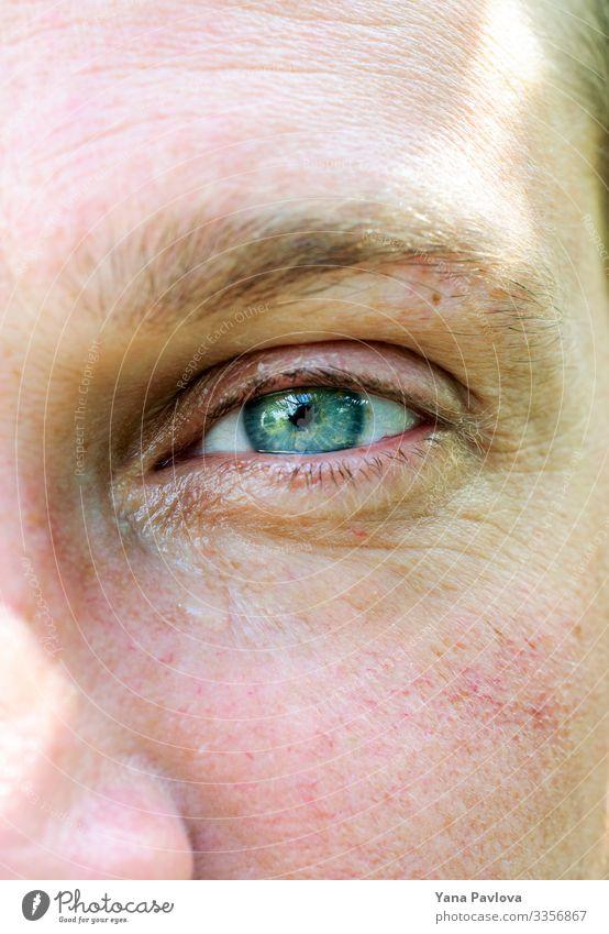 Männliches grün-blaues Auge mit einer Träne, Haut mit Rosazea Mensch maskulin Mann Erwachsene 1 30-45 Jahre Farbe Farbfoto Nahaufnahme Morgen