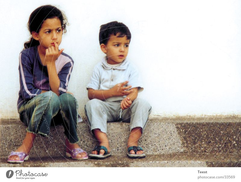 Die Kinder Mädchen Geschwister Bruder Schwester Freundschaft Denken Mensch Junge beobachten sitzen nachdenken