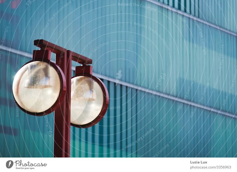Rote Lampe Gebäude Einkaufszentrum Mauer Wand Fassade Straßenbeleuchtung Glas Metall ästhetisch blau rot türkis Farbfoto Gedeckte Farben Außenaufnahme