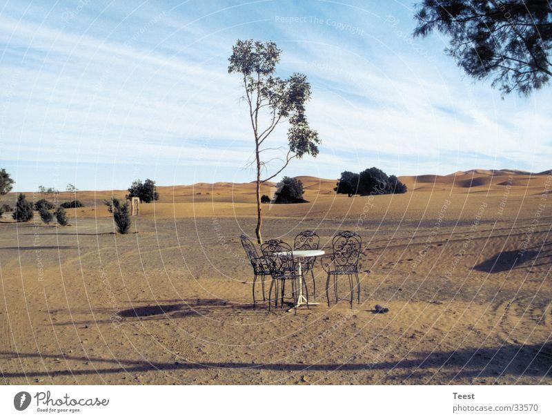 Stühle in der Wüste Marokko Stuhl Tisch Afrika Sand Natur Landschaft