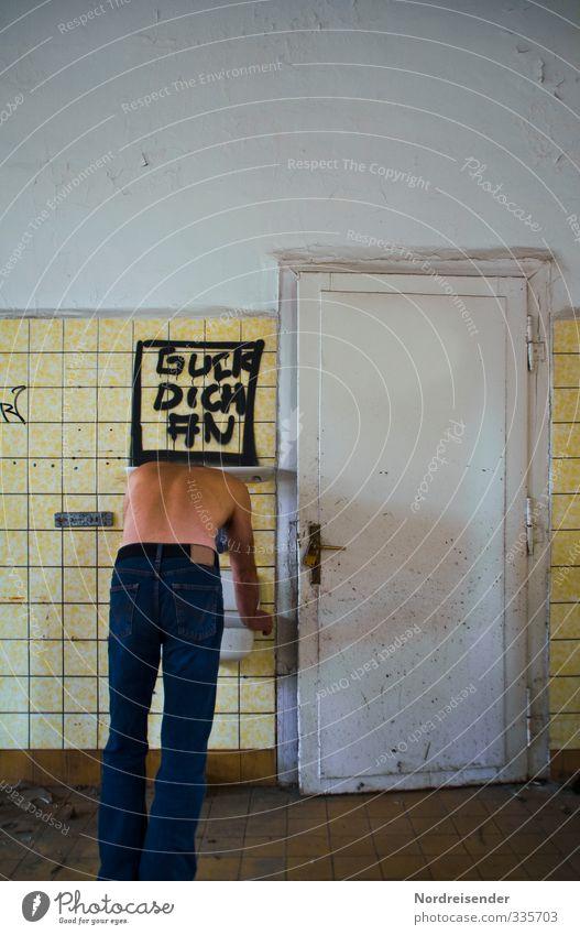 ....und dann? Mensch Mann Erwachsene Leben Mauer Wand Tür Jeanshose Schriftzeichen Graffiti fallen festhalten stehen Traurigkeit dreckig kaputt Enttäuschung