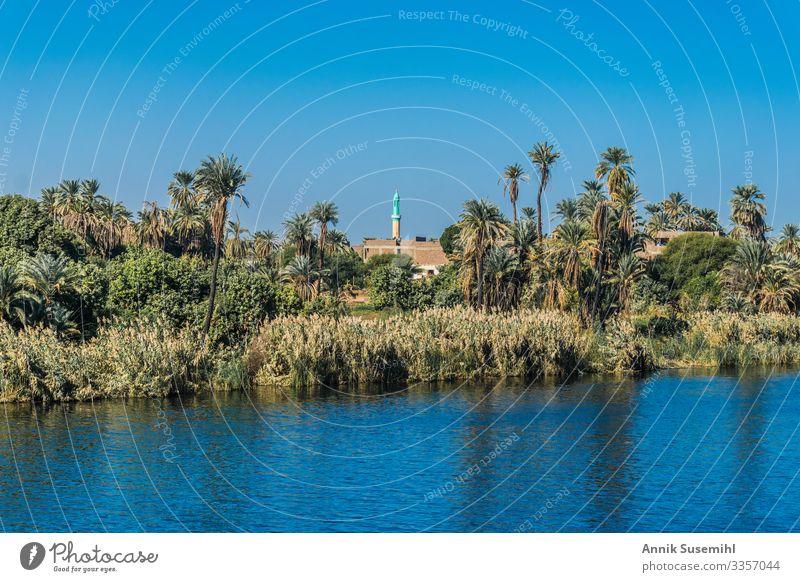 Minarett einer Moschee in einem kleinen Dorf am Ufer des Nils in Ägypten. Afrika Kultur esna Landschaft Markt Menschen schlecht Fluss Souk Tempel Stadt