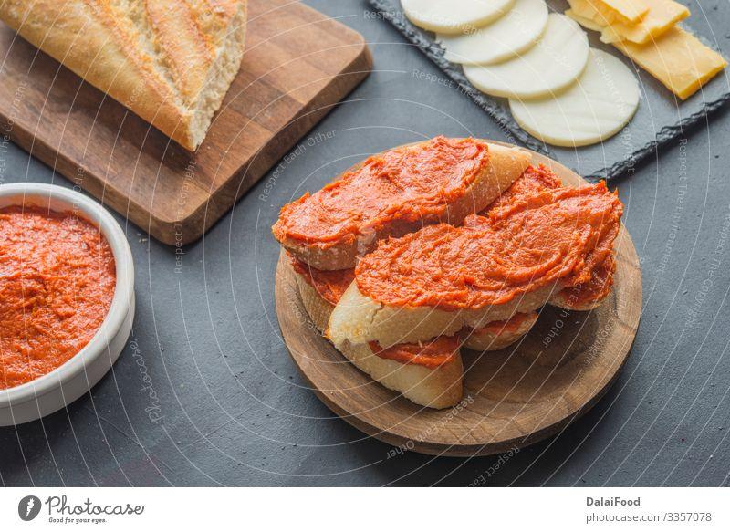 Sobrasada mit Brot typisch mallorquinisch Spanien Fleisch Wurstwaren Käse Frühstück Tisch Küche lecker Appetit & Hunger Tradition Amuse-Gueule Hintergrund