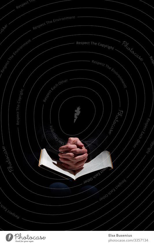 Um etwas Beten Gott heilig Patron Hand Finger Gebet Buch Hoffnung letzte Hoffnung Glaube lesen schwarz Kraft Schutz Menschlichkeit ruhig Religion & Glaube