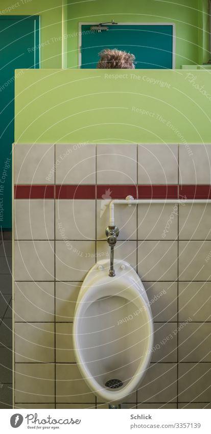 Geheimes Geschäft maskulin Mann Erwachsene 1 Mensch braun grün weiß urinieren Erleichterung Toilette Männerklo Pissoir Haare & Frisuren Haarschopf unsichtbar