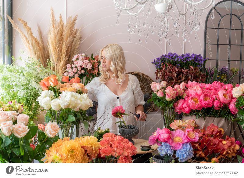 Schöne blonde Blumenhändlerin kreiert einen wunderbaren Blumenstrauß Mensch Frau Erwachsene 1 18-30 Jahre Jugendliche 30-45 Jahre Frühling Pflanze Rose Tulpe