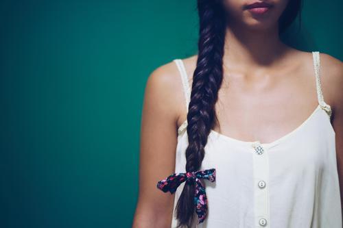 Mädchen mit langem Naturhaar , Frisur-Zopf Stil schön Haare & Frisuren Gesicht Mensch Frau Erwachsene Mode brünett blond gelb grün weiß Behaarung geflochten