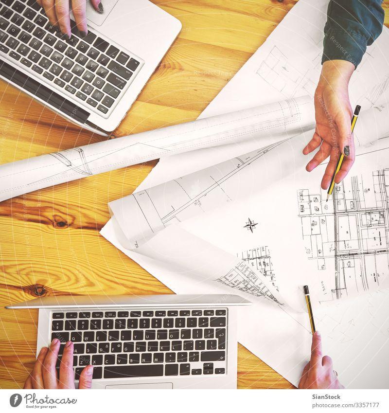 Planung des Designteams für ein neues Projekt Schreibtisch Tisch Arbeit & Erwerbstätigkeit Arbeitsplatz Büro Business Sitzung Computer Notebook Frau Erwachsene
