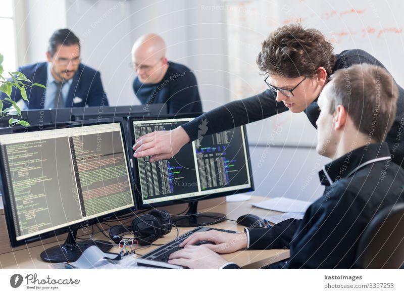 Software-Entwickler, die auf einem Desktop-Computer arbeiten. Dekoration & Verzierung Arbeit & Erwerbstätigkeit Arbeitsplatz Büro Business Unternehmen