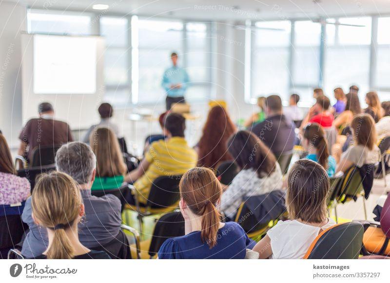 Rednerin hält eine Präsentation über die Geschäftskonferenz. Publikum Erwachsenenbildung Studium lernen Student Hochschullehrer Hörsaal