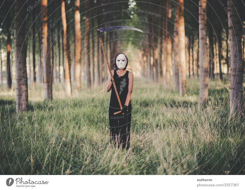Junge Frau mit Sense im Wald Lifestyle Feste & Feiern Karneval Halloween Jahrmarkt Mensch feminin Jugendliche Erwachsene 1 30-45 Jahre Natur Landschaft Baum