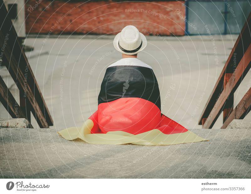 Rückenansicht eines Kindes mit deutscher Flagge Lifestyle Ferien & Urlaub & Reisen Freiheit Sommer Feste & Feiern Mensch maskulin Junge 1 3-8 Jahre Kindheit Hut