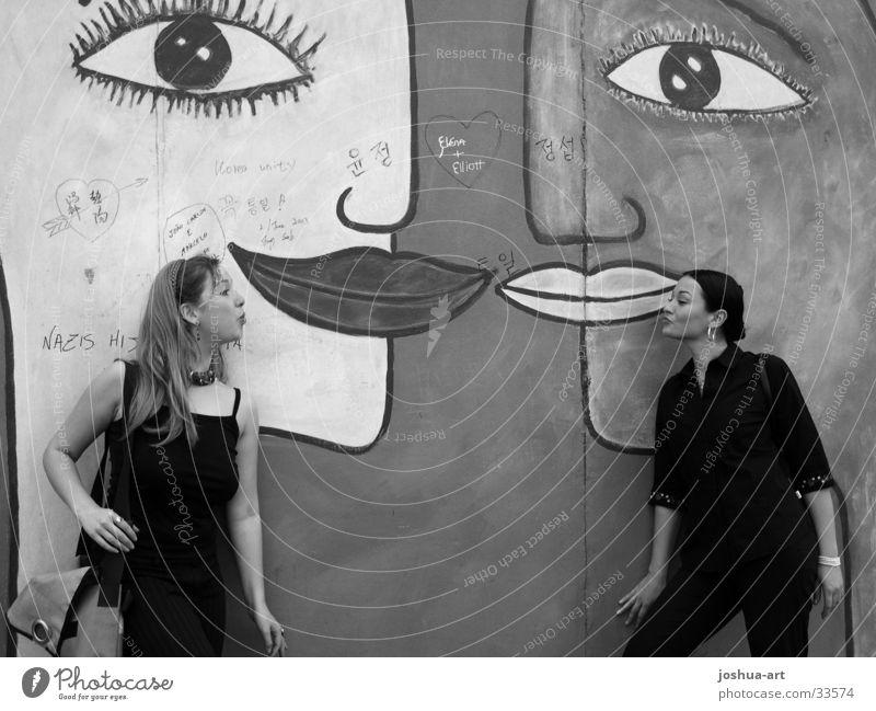 Verbundenheit Küssen Frau von Mund zu Mund lachen Kussmund Gesicht Auge Sommer Liebe