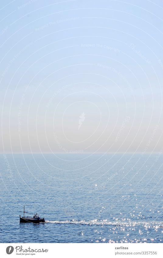 Der alte Fischer und das Meer blau Reisefotografie Ferne Tourismus Wasserfahrzeug Horizont Tradition Spanien Mittelmeer Mallorca Angeln Fischereiwirtschaft