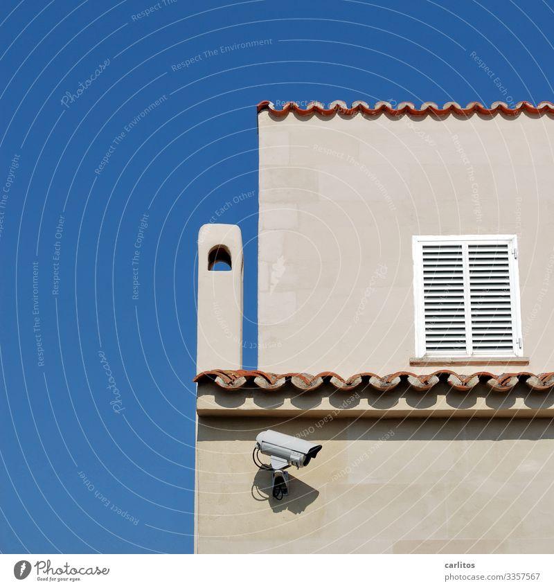 El hermano mayor te está observando Spanien Balearen Mallorca Ferienhaus Villa Fotokamera Videokamera Überwachung Überwachungsstaat Fassade Fensterladen