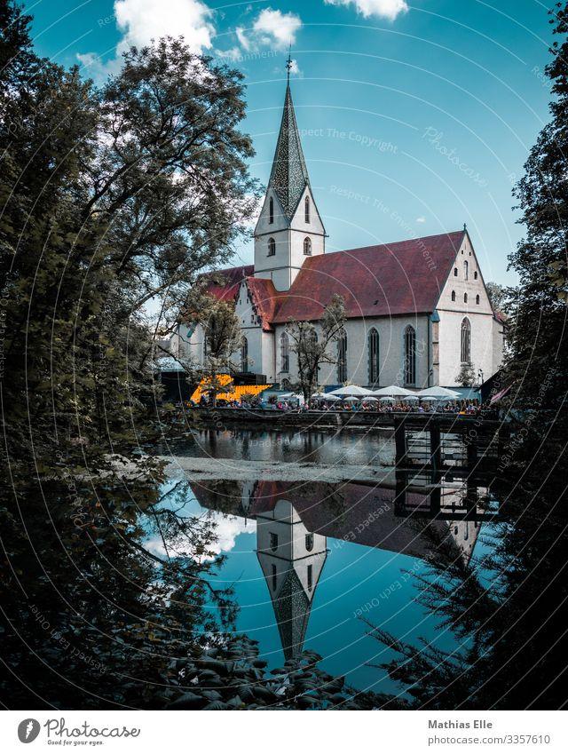 Kirche mit Spitzdach Tourismus Architektur Veranstaltung mehrfarbig Kirchenfenster Kirchenbank See blau Blauer Himmel blau-grün Dach Kirchenschiff Blautopf