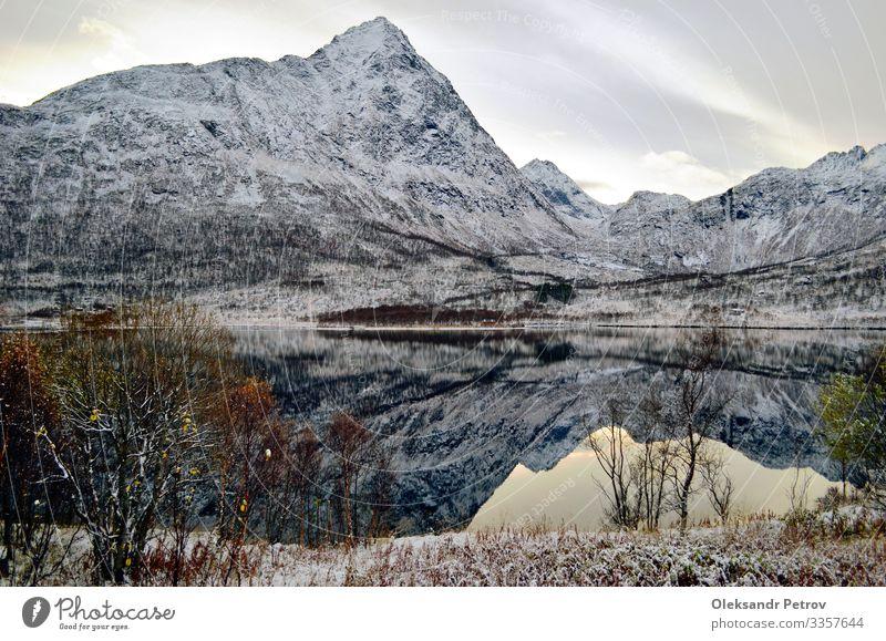 Bergsee wie der perfekte Spiegel der Natur schön Ferien & Urlaub & Reisen Tourismus Abenteuer Schnee Berge u. Gebirge wandern Landschaft Himmel Wolken Hügel