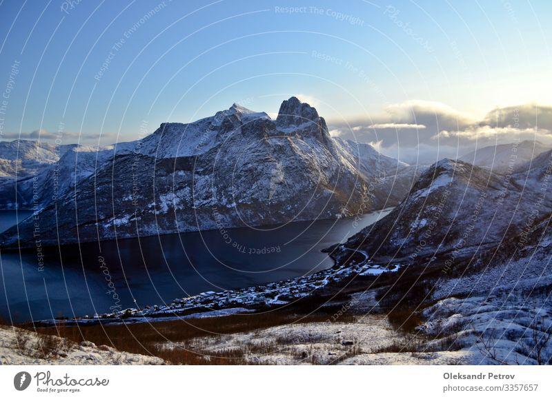 Norwegischer Fjord mit schönen schneebedeckten Bergen rund um Ferien & Urlaub & Reisen Tourismus Schnee Berge u. Gebirge wandern Natur Landschaft Himmel Felsen